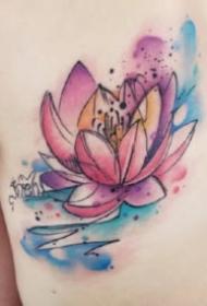 女生背部漂亮的水彩荷花纹身图案