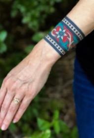 school风格的彩色手腕臂环纹身图案
