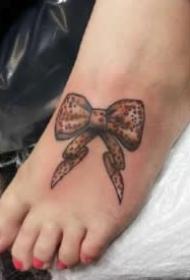 纹在女生脚背的小清新纹身图案