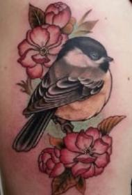 new school风格的彩色小鸟纹身图案