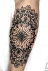 小臂手肘处的黑色点刺梵花纹身图案