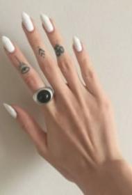 纹在手指头上的简单的小纹身图案