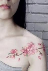 女孩偏爱的锁骨小清新纹身图案