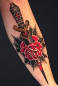 红色玫瑰花与匕首结合的纹身图案