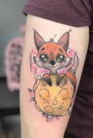 漂亮彩色的卡通小狐狸纹身图案