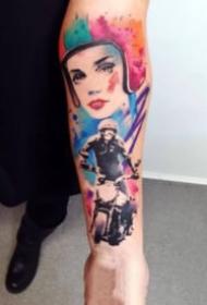 手臂上的抽象水彩人像纹身图案