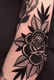 深黑色的玫瑰花朵纹身图案