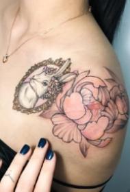 女生锁骨到肩部的唯美纹身图案