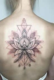 女生后背漂亮的花朵纹身图案