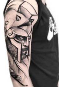 散点手法的包大臂黑灰纹身图案