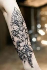 包小臂的黑灰花卉纹身图案欣赏