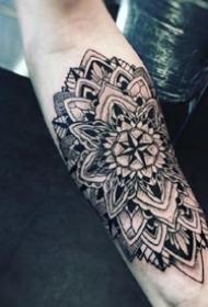 胳膊上的一组曼达拉梵花纹身图案