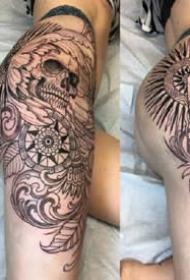 女性大腿侧到臀部的性感纹身图案