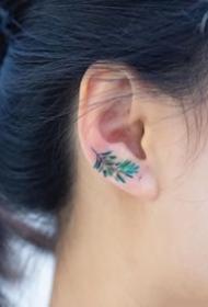 耳朵上的超简约艺术纹身图案