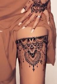 女生美腿性感的蕾丝腿环纹身图案
