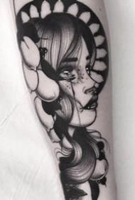 手臂上经典的点刺黑灰女郎纹身图案