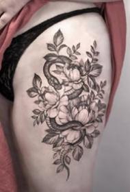 一组女性的黑灰纹身小蛇图案