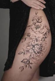 女性大腿侧部性感的素花纹身图案