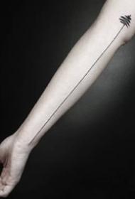 手臂上简约的线条纹身图案欣赏