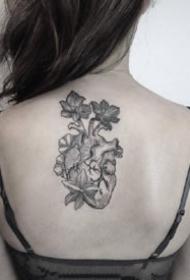一组黑灰的素描心脏纹身图案