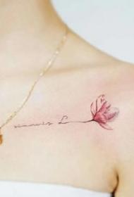 女生锁骨处简约清新纹身小图案欣赏