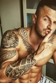 有纹身的肌肉型男帅哥图案