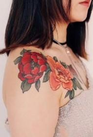 适合女士鲜艳的红色花朵纹身图案