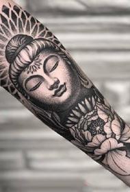 黑色点刺风格的手臂纹身图案