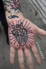 手掌心里的个性的纹身图案