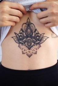 女性腹部精致的小动物纹身图案