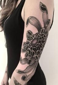 一组传统风格的黑灰手臂纹身图案