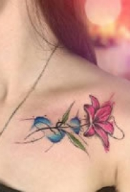 一组锁骨位置的水彩纹身图案