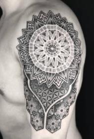 大臂帅气的男性梵花点刺纹身作品