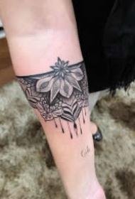 小臂上漂亮的9款黑灰纹身作品赏析