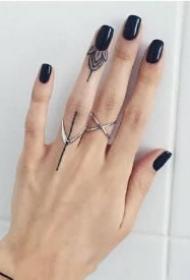 精美又个性的手指小戒指纹身作品