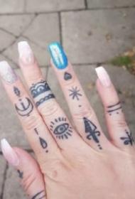 手指上的一组小纹身图案作品