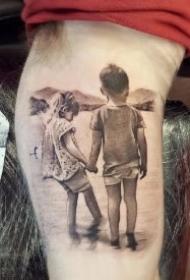 家庭亲情主题的17款牵手的背影纹身作品