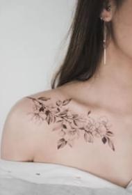 肩部素花纹身 女生锁骨和肩部性感的素花纹身作品