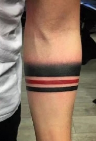 胳膊上黑色的一组小手环臂环纹身图案
