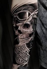一组写实风格的骷髅纹身图案