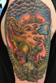 男生大臂上彩色的恐龙世界纹身图案