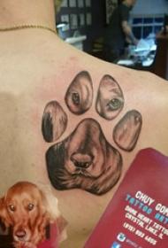 狗爪纹身 男生后背上小狗和爪印纹身图案