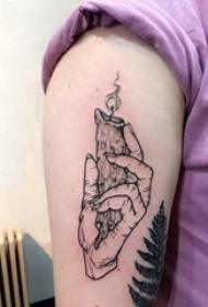 大臂纹身图 男生大臂上手握蜡烛纹身图案