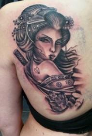 人物肖像纹身 女生后背上花朵和艺妓纹身图案