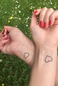 心形纹身情侣 情侣手腕上黑色的心形纹身图案