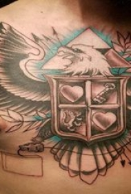 彩色老鹰纹身 男生胸部盾牌和老鹰纹身图案