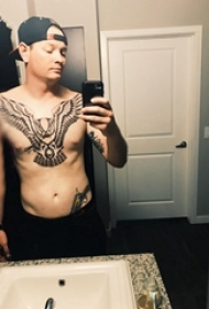 纹身猫头鹰 男生胸部黑色的猫头鹰纹身图案