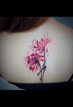 纹在后背的彼岸花纹身图案