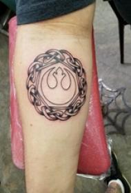 男生手臂上黑灰点刺抽象线条创意纹身图案
