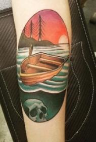 女生手臂上彩绘几何圆形水和船纹身图案